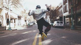 飛び跳ねる男