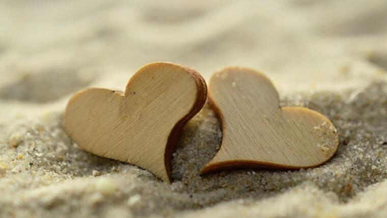 ハート 砂浜